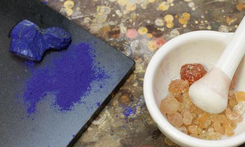 Pigmento azul en su estado natural, al lado ya machacado y la resina para aglutinarlo (es este caso la resina está pura, sin disolver)