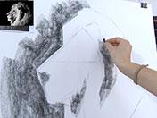 <strong>5 </strong>Comienza a manchar las zonas más oscuras de la imagen, empleando el carboncillo de canto.